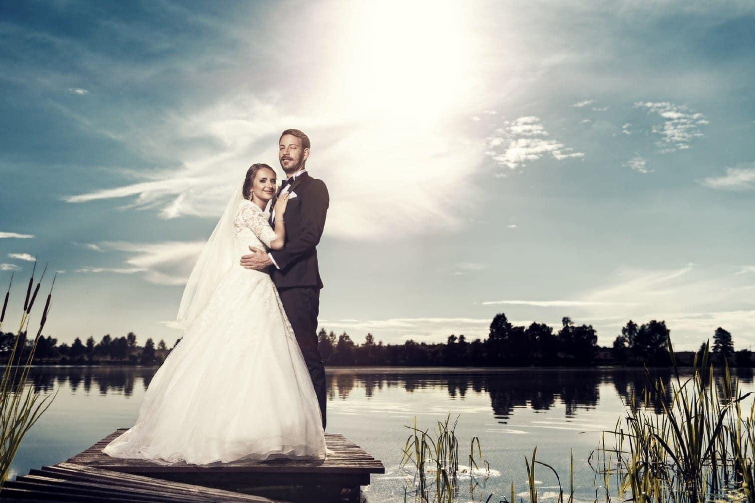 <p>Gleich zweimal haben in diesem Jahr die Hochzeitsglocken für Farmer Gerald aus Namibia und seine Anna geläutet. Erst in Polen und dann in Namibia. Nun gibt es endlich die ersten Bilder ihrer Hochzeit zu sehen.</p> Foto: MG RTL D / flashed by micky