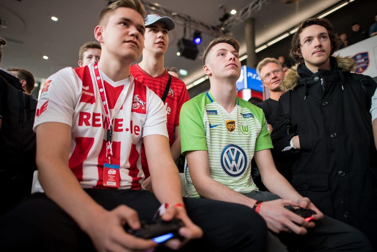 <p>Timo Siep zockt jeden Tag Videospiele. Ein Bundesliga-Verein bezahlt ihn dafür. Warum stellen immer mehr Fußballclubs professionelle Gamer ein? Und wie lebt es sich als Vollzeit-E-Sportler? Ein Star der Szene erzählt von seinem Alltag.</p> Foto: dpa