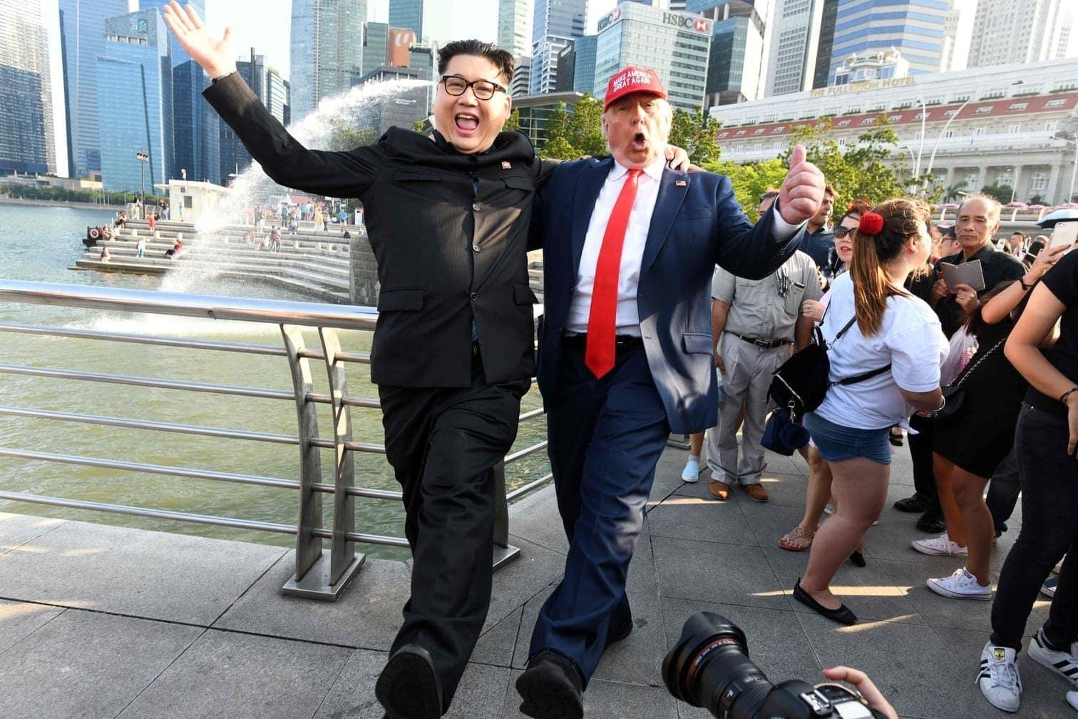 <p>Der US-Amerikaner Dennis Alan als Trump und der Australier &bdquo;Howard X&ldquo; als Kim spazierten am Freitag Hand in Hand über die Hafenpromenade.</p> Foto: AFP