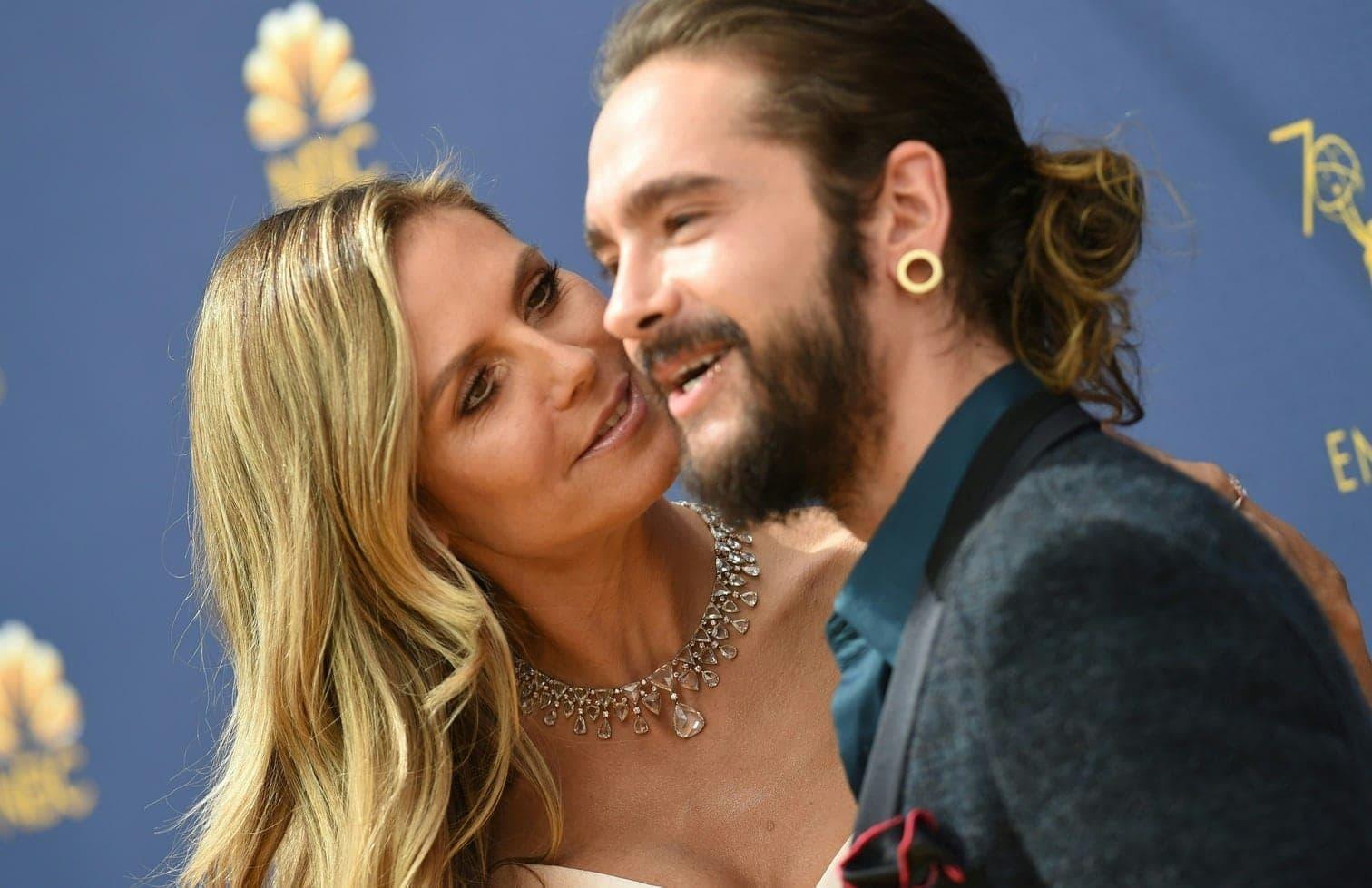 der das Paar küssend zeigt.</p> Foto: AFP
