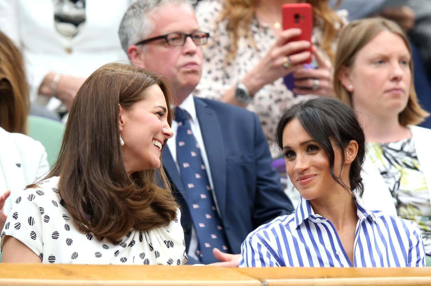 <p>Bei ihrem ersten gemeinsamen Auftritt ohne ihre Männer haben die britischen Herzoginnen Kate und Meghan (beide 36) die Tennis-Fans in Wimbledon entzückt.</p> Foto: dpa