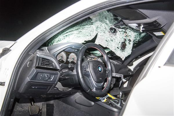 der zuvor auf einen BMW geworfen worden war.</p> Foto: dpa