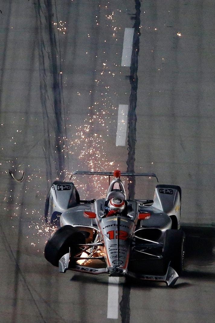 """<p>Wer fliegt denn da durch die Lüfte? Es ist David """"The Bullet"""" Smith bei einer seiner Shows im Vorfeld eines Autorennens in den USA.</p> Foto: AFP"""