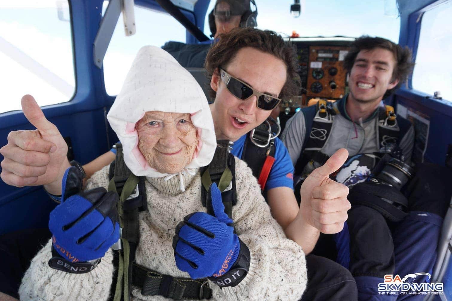 Foto: dpa/Sa Skydiving