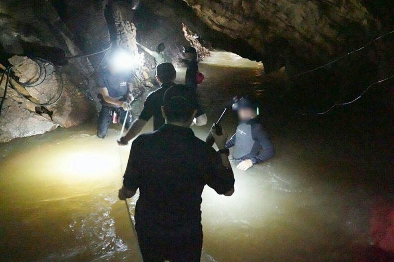 dass sie von einer Sturzflut überrascht wurden und sich vor dem Wasser immer tiefer in die etwa 10 Kilometer lange Höhle retteten.</p> Foto: dpa