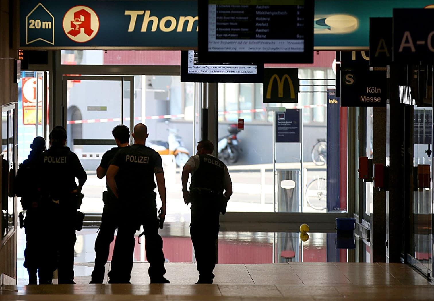 <p>Die Polizei rief über Lautsprecher alle Reisenden zum Verlassen des Bahnhofs auf. Grund dafür ist eine Geiselnahme in einer Apotheke im hinteren Bereich des Bahnhofs.</p> Foto: dpa/Oliver Berg