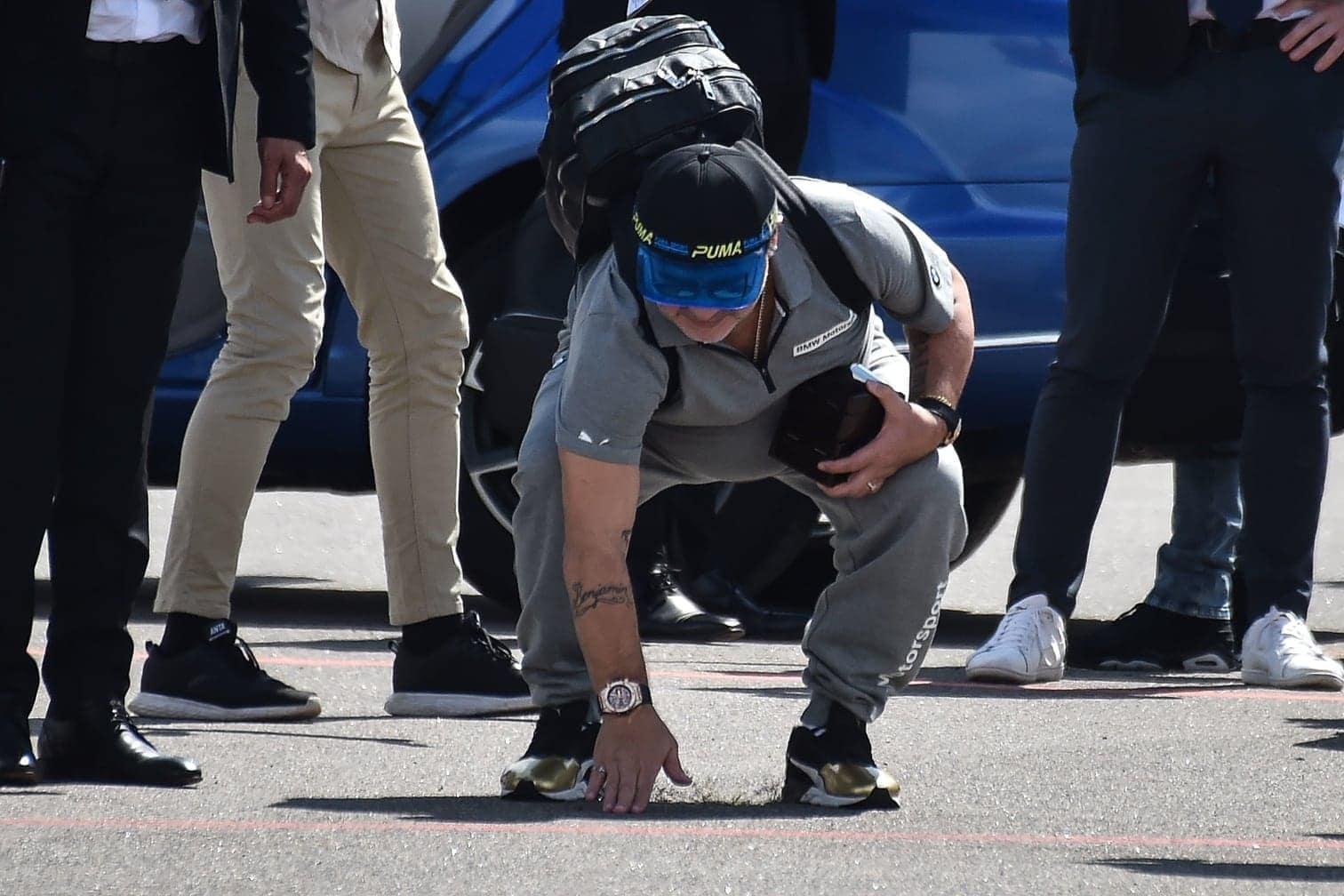 <p>Ankunft am Flughafen: Maradona macht sich zunächst ein Bild von der Bodenbeschaffenheit des Flughafens.</p> Foto: AFP