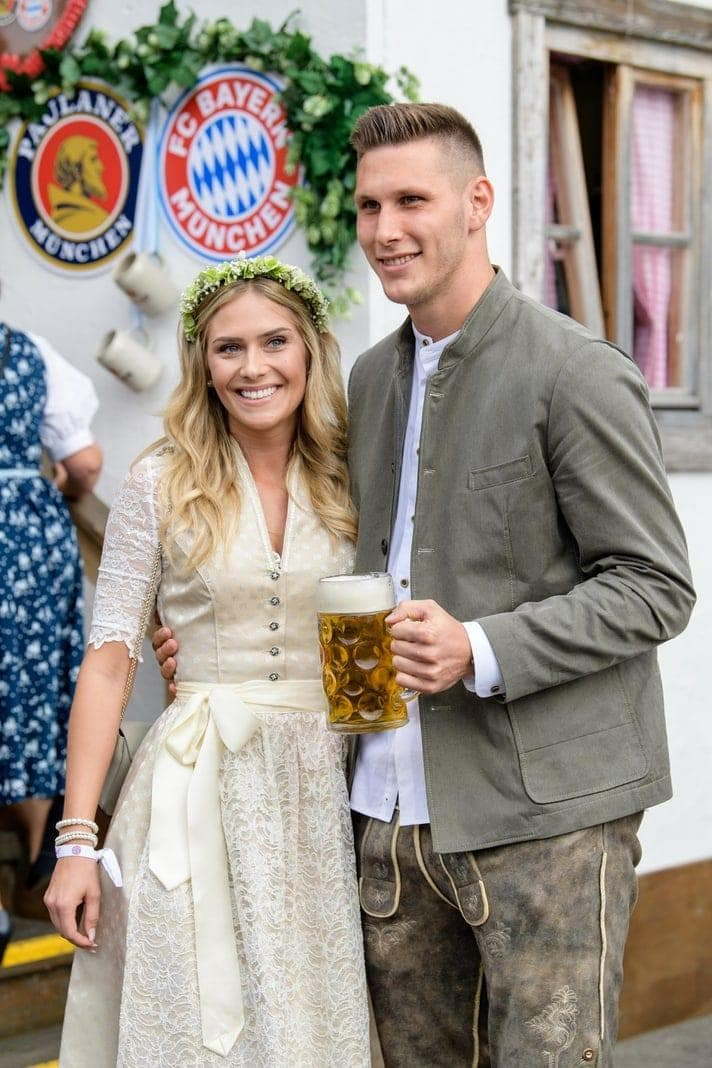 <p>Mats Hummels kommt mit seiner Frau Cathy.</p> Foto: dpa/Matthias Balk