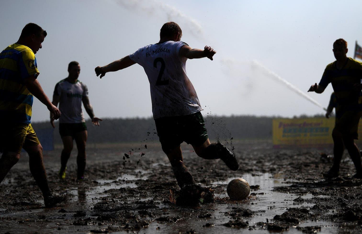 hatte er eines Tages einen Ball ins Moor geschossen - und der Matschfußball war geboren.</p> Foto: dpa