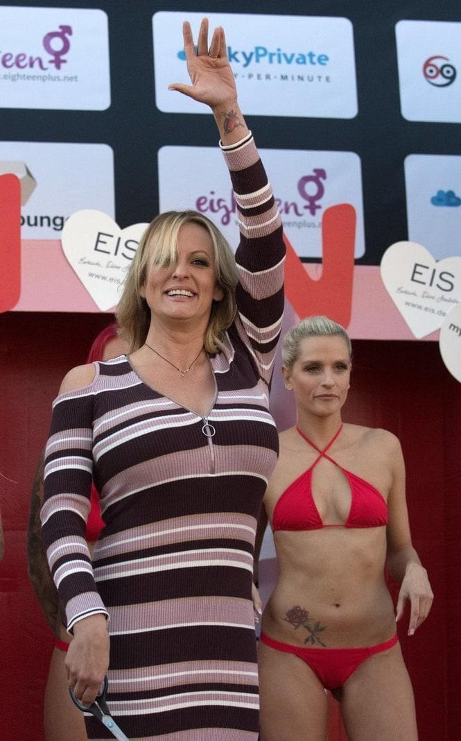 <p>Der 39-Jährige Pornostar ließ sich zwischen leicht bekleideten Frauen ablichten.</p> Foto: Ralf Hirschberger/dpa