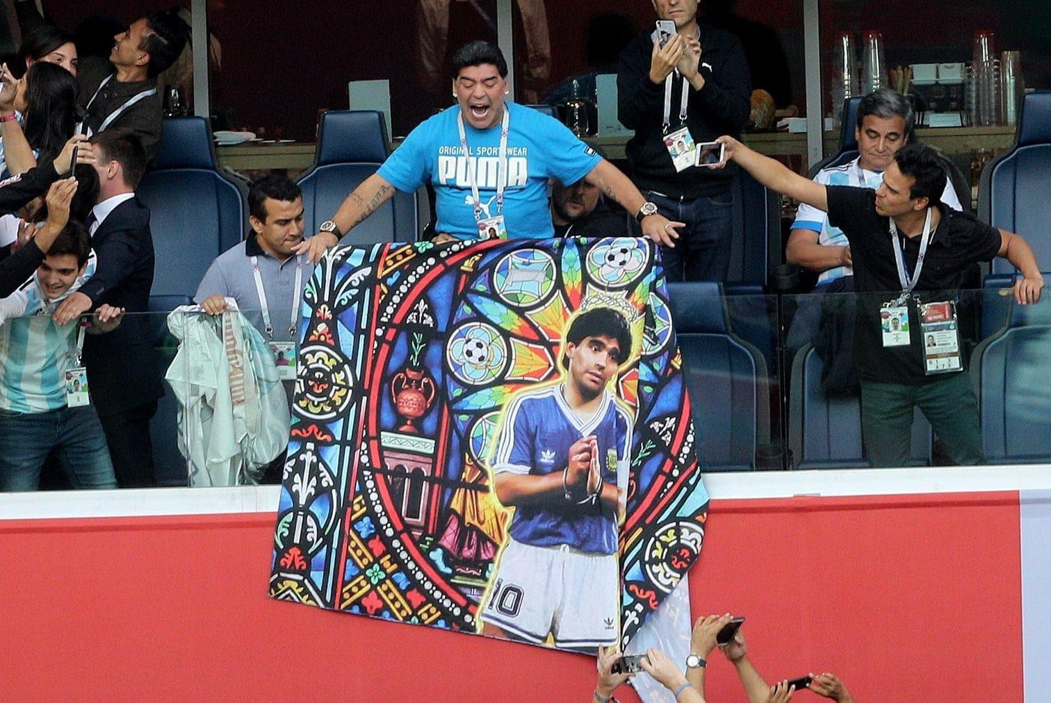 <p>Hier breitet der ehemalige Weltklasse-Spieler ein Leinentuch mit seinem Abbild aus.</p> Foto: dpa