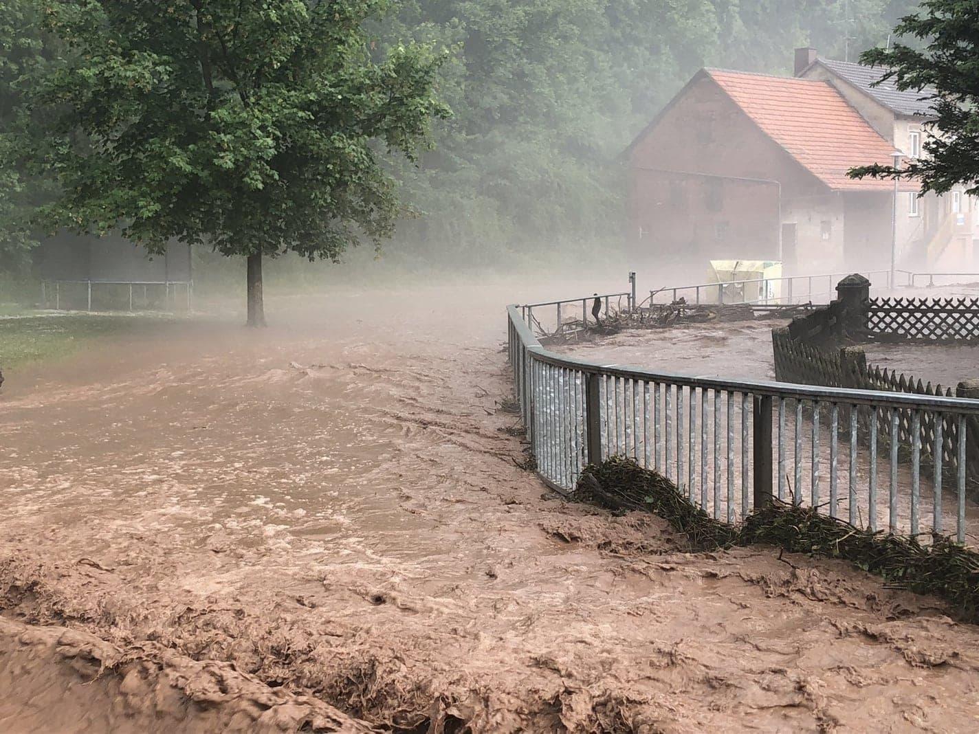 <p>Wieder einmal toben heftige Unwetter über einigen Teilen Deutschlands. Straßen und Keller laufen voll Wasser. </p> Foto: dpa