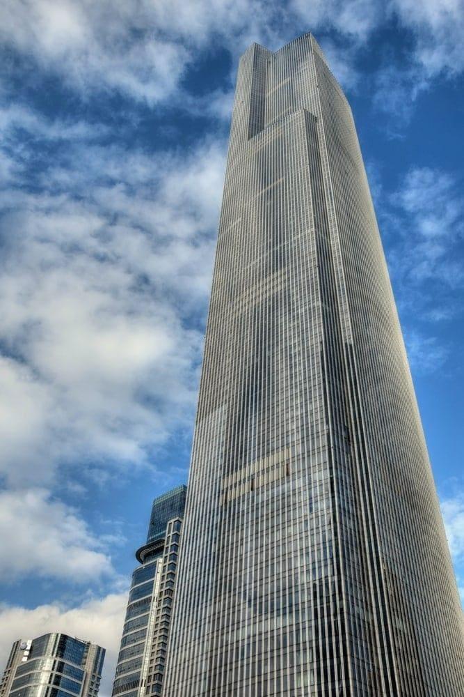<p><strong>Platz 4</strong>: Im Landmark Tower in Yokohama (links im Bild) geht es mit 12
