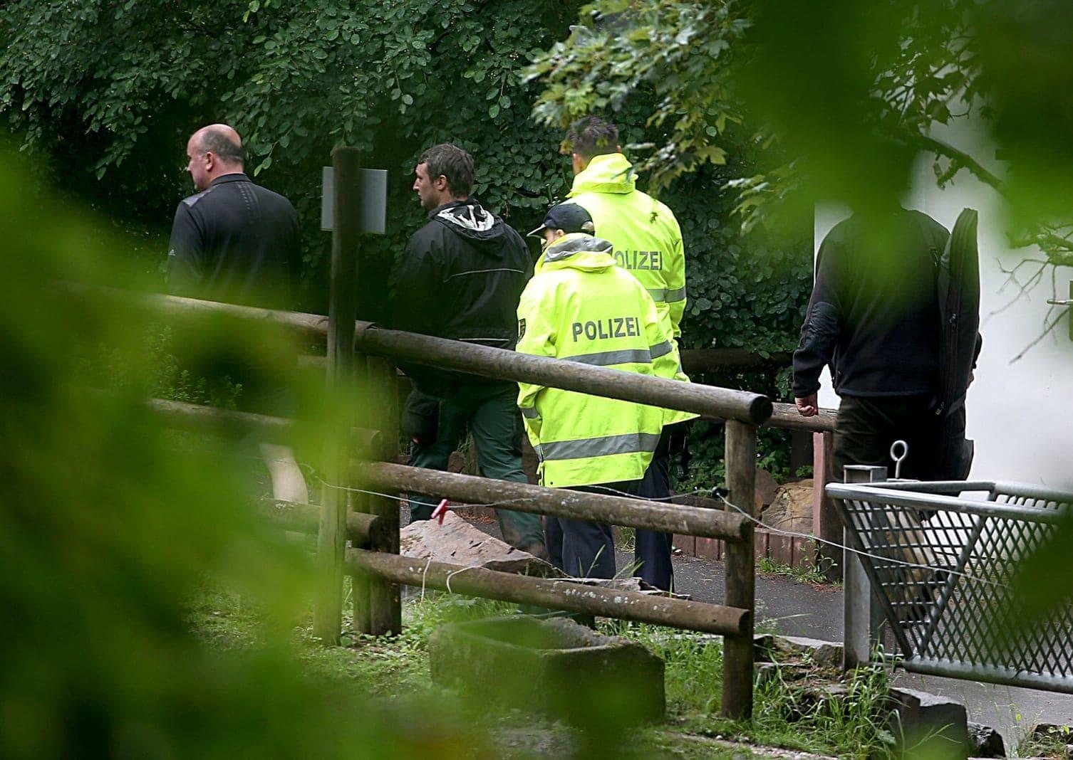 <p>Mitarbeiter und Polizei gehen durch den Eifelzoo.</p> Foto: dpa