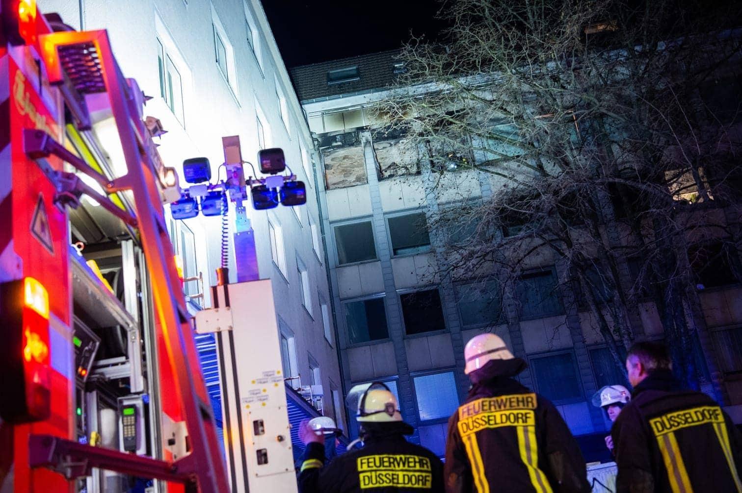 sagte ein Sprecher der Düsseldorfer Feuerwehr. Acht Menschen wurden auf eine Rauchvergiftung untersucht