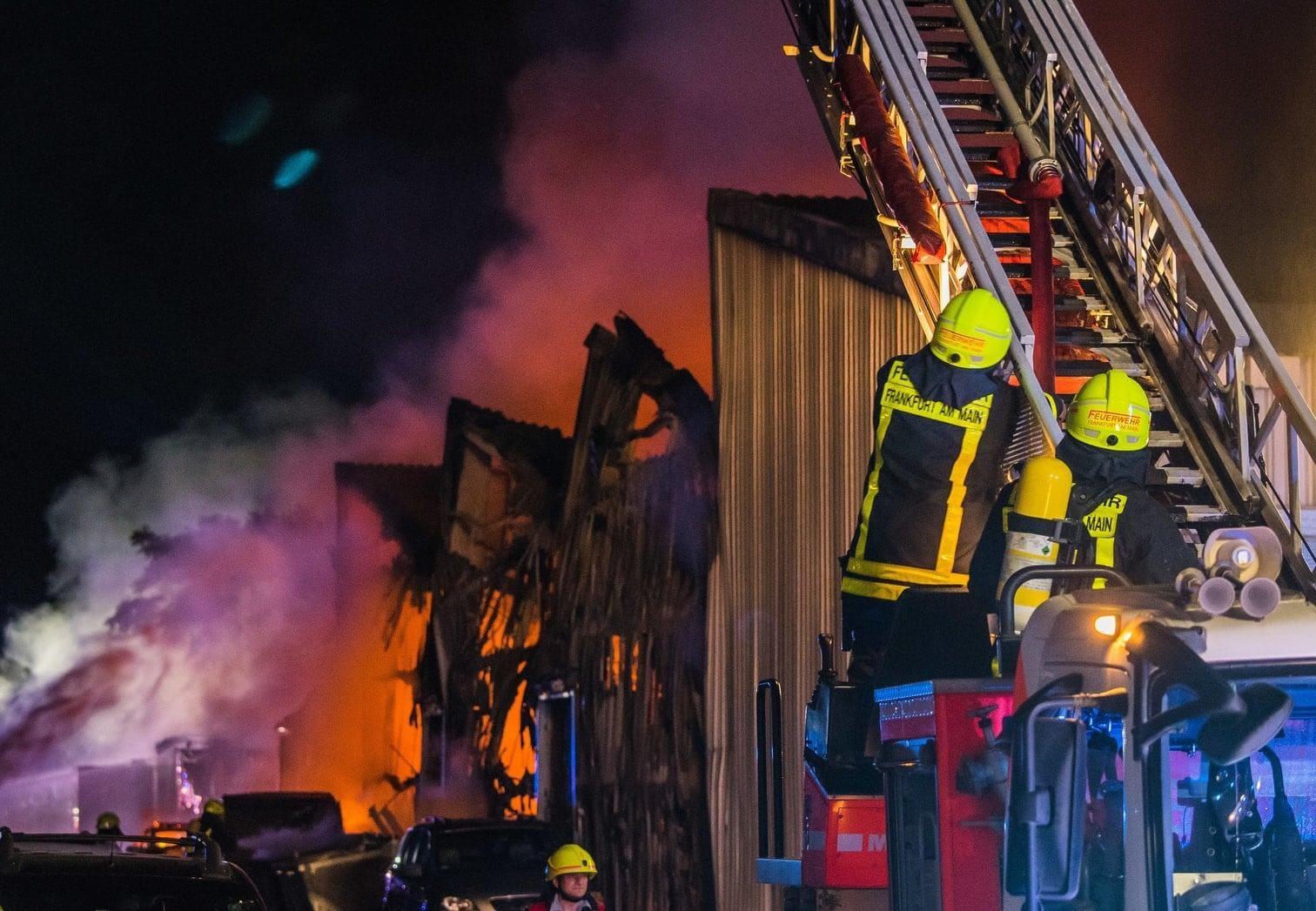 <p>Zahlreiche dort befindliche Fahrzeuge wurden von den Flammen zerstört.</p> Foto: dpa