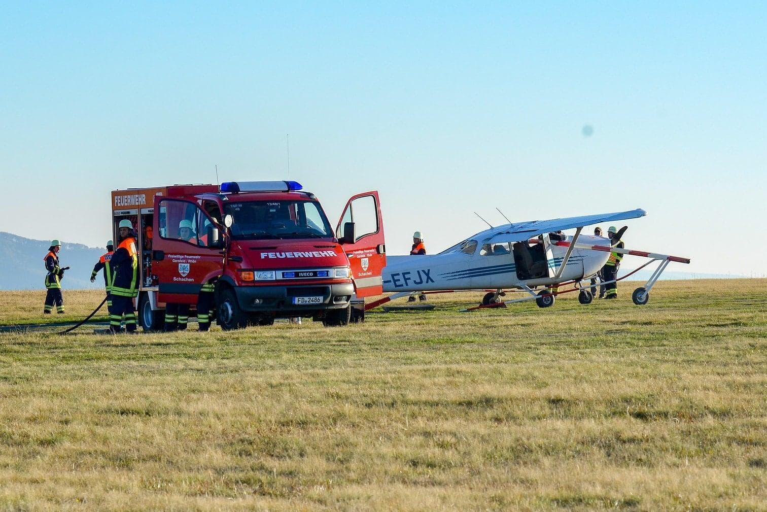 der Wasserkuppe. Nach ersten Erkenntnissen der Polizei traten bei der Landung des Flugzeugs auf dem dortigen Flugplatz Probleme auf. Der 56 Jahre alte Pilot versuchte offenbar noch durchzustarten