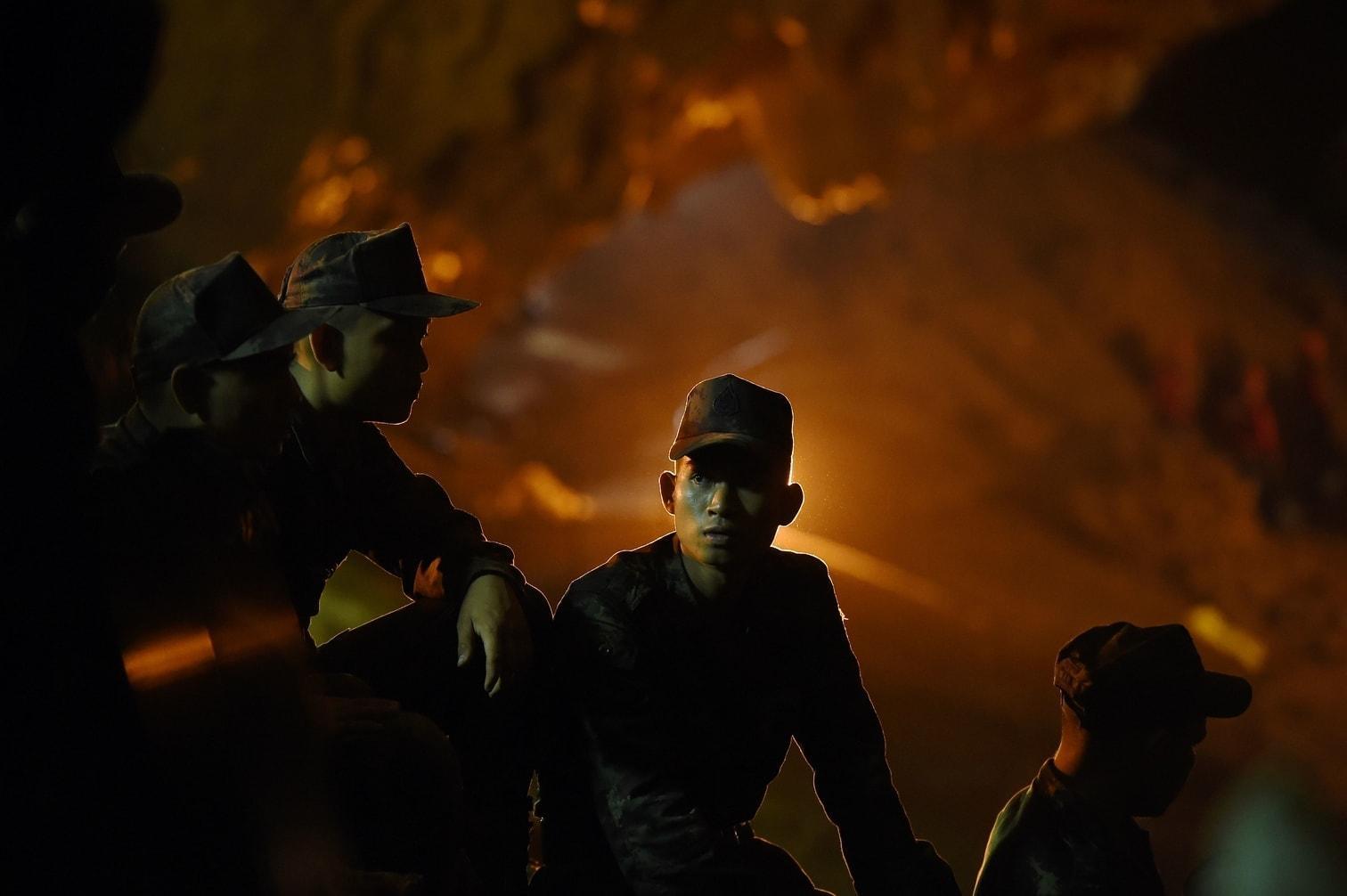 <p>Verzweifelte Eltern beteten vor der Höhle für die Rettung der zwölf Jungen und ihres Trainers