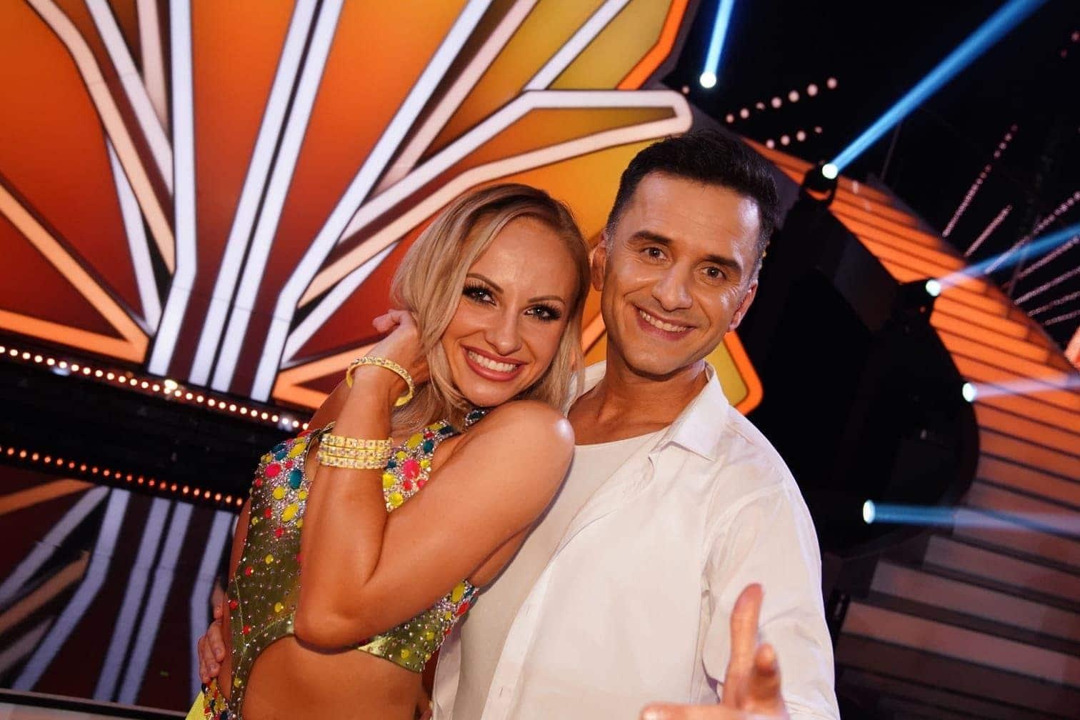 <p>Comedian Özcan Cosar tanzt mit Marta Arndt.</p> Foto: TVNOW / Gregorowius