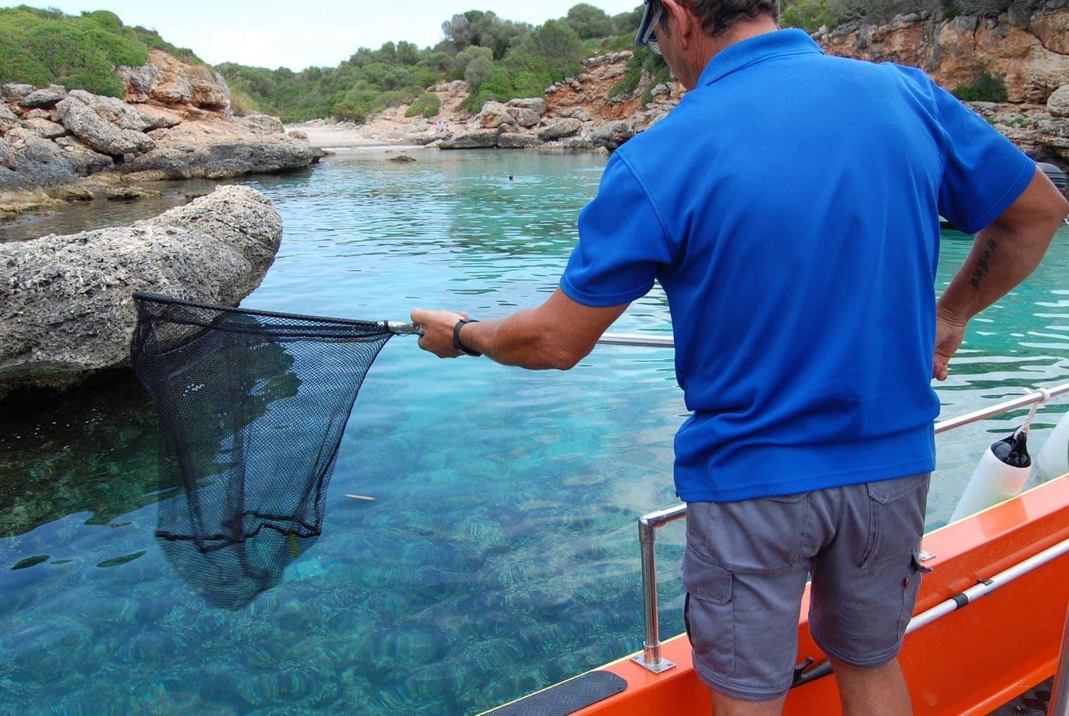 <p>Damit die Urlauber auf der Insel ungestört von Müll im Meer planschen können