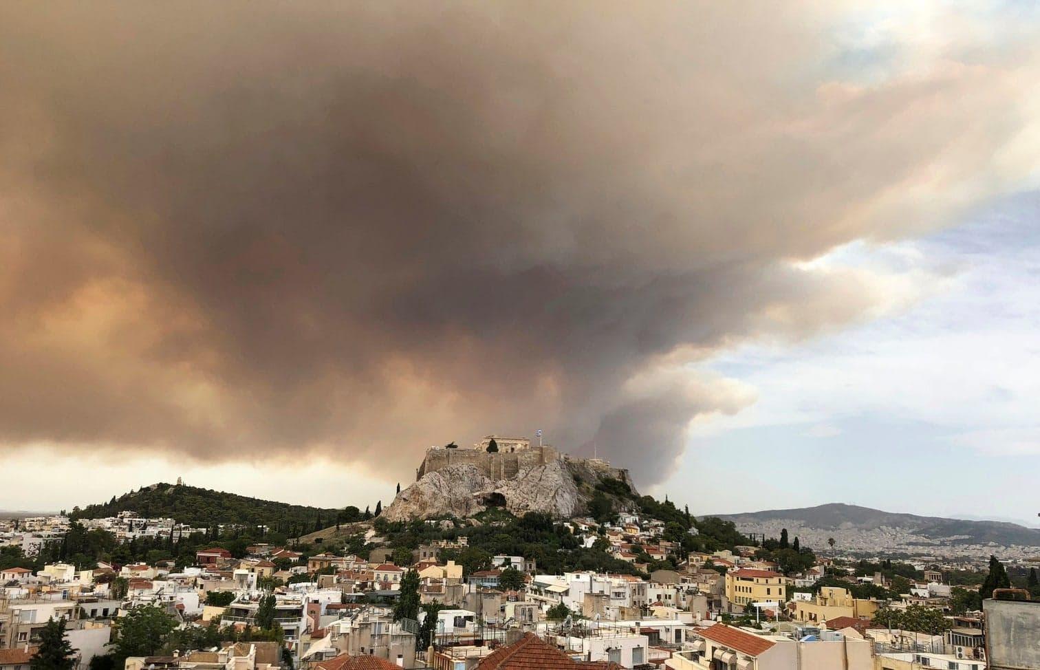 <p>Die außer Kontrolle geratenen Waldbrände bei Athen haben neuen Angaben zufolge mindestens 50 Menschen das Leben gekostet.</p> Foto: dpa