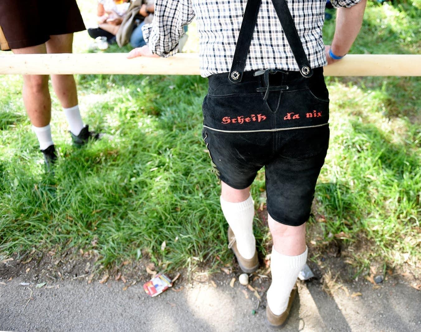 <p>Wichtig sind auch immer die Kommandos auf der Lederhose.</p> Foto: dpa