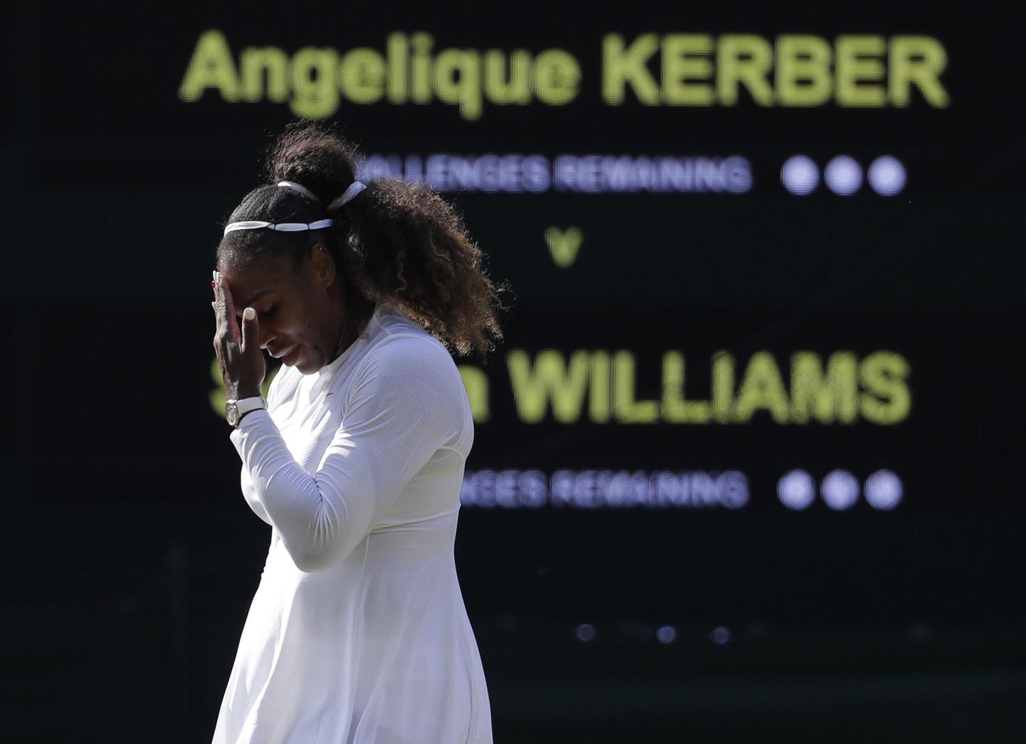 <p>Strahlend tante Deutschlands beste Tennisspielerin mit Novak Djokovic auf der Bühne. Dabei ist die Tradition des Tanzens beim Champions Dinner in Wimbledon eigentlich schon lange abgeschafft.</p> Foto: dpa