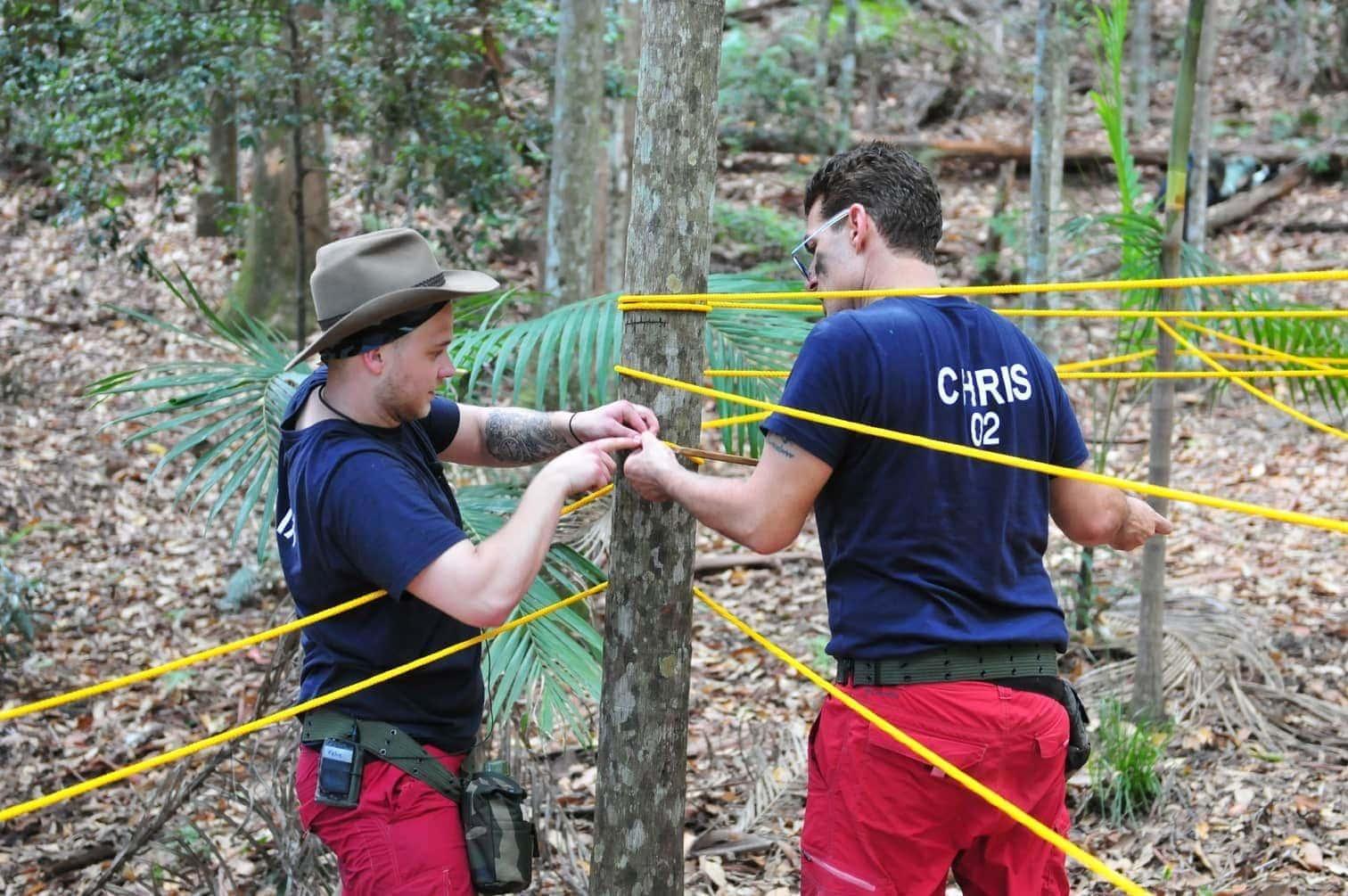 """<p>Bei der Schatzsuche mit dem Titel """"Nach Strich und Faden"""" sind unzählige Meter eines Seils kreuz und quer um viele Bäume gewickelt.</p> Foto: MG RTL D / Stefan Menne"""