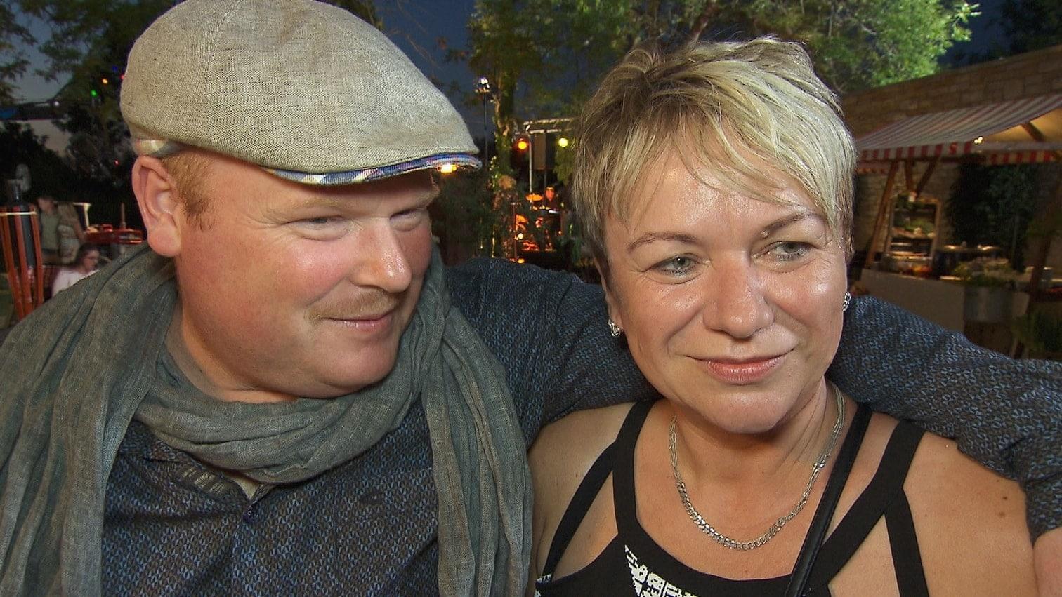 <p>Schon beim Scheunenfest küssten sich die beiden.</p> Foto: MG RTL D