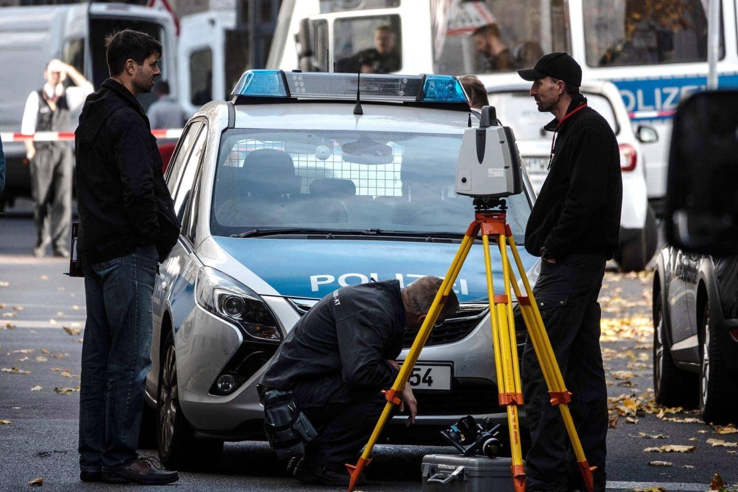<p>Polizeibeamte durchsuchten mit Hunden den Tatort und die Umgebung.</p> Foto: Paul Zinken/dpa
