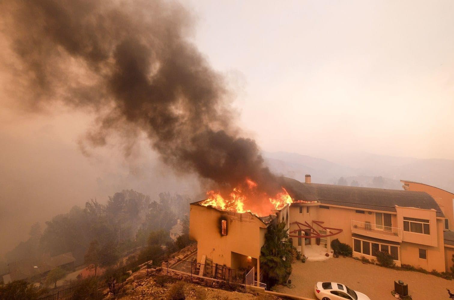 <p>In der Stadt Paradise im Norden des Bundesstaats starben Menschen in ihren brennenden Autos. Auch der Promi-Ort Malibu bei Los Angeles ist durch ein weiteres Großfeuer in Gefahr. Wie die Feuerwehr mitteilte