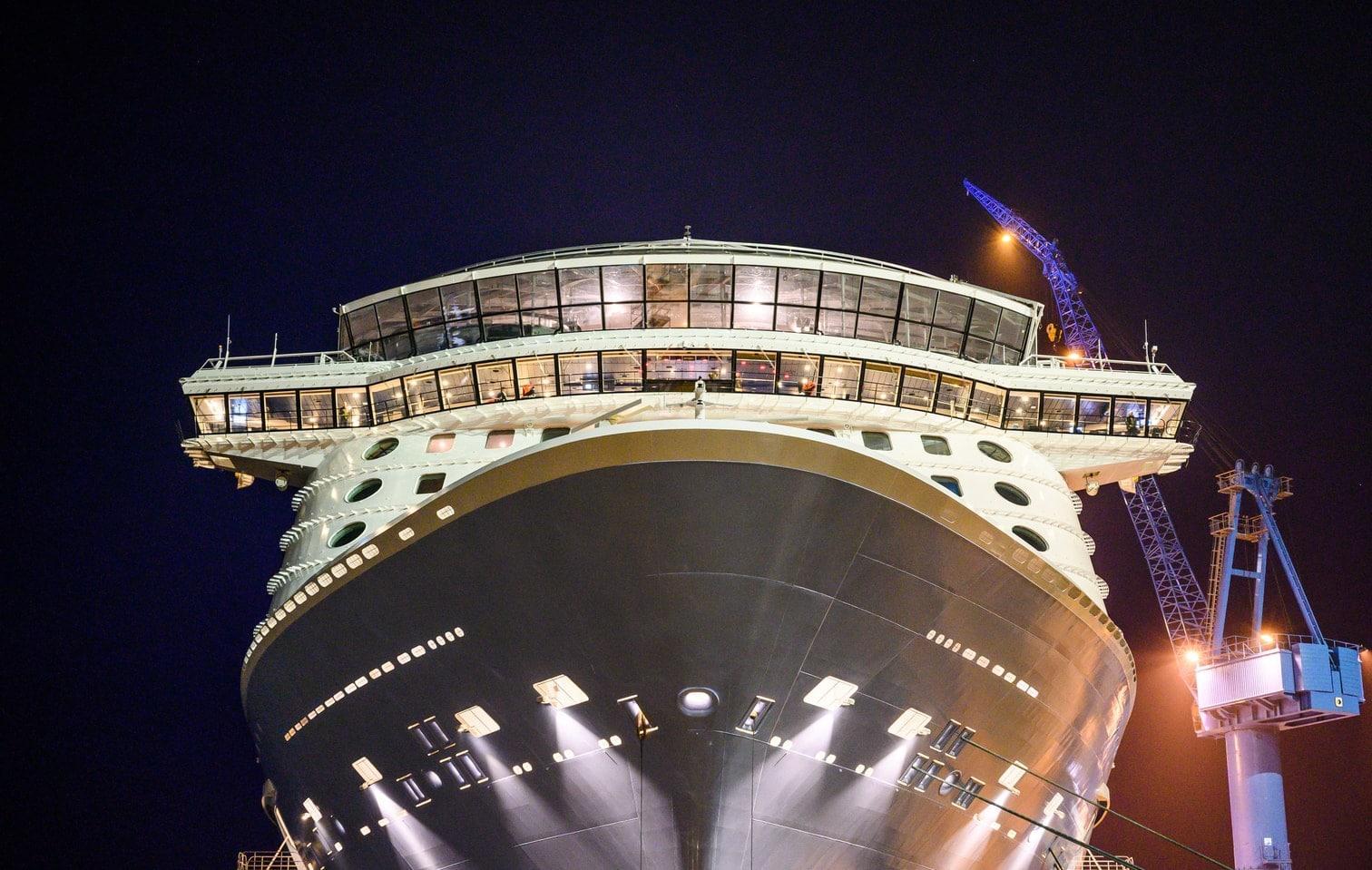 <p>Über die Ems wurde das riesige Schiff rückwärts in Richtung Nordsee manövriert.</p> Foto: dpa/Christophe Gateau