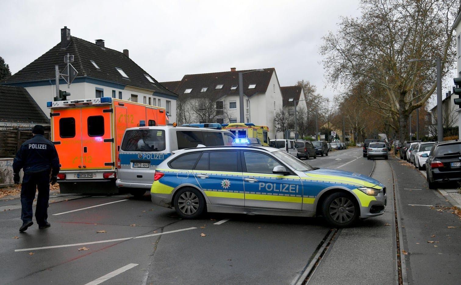 <p>Großeinsatz für die Polizei im Ruhrgebiet: Stundenlang hält ein Mann die Angestellte einer Tankstelle in Bochum in seiner Gewalt. Dann kann sie flüchten. Der Mann wird festgenommen.</p> Foto: dpa/Ina Fassbender