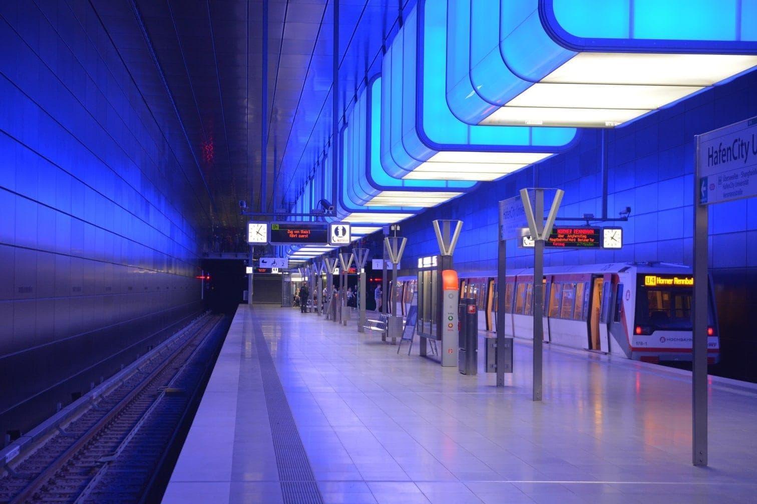 doch dieses ist etwas ganz Besonderes: Die Stockholmer U-Bahn ist nämlich eine gigantische Kunstgalerie. Wer also ein Museum der besonderen Art besichtigen möchte