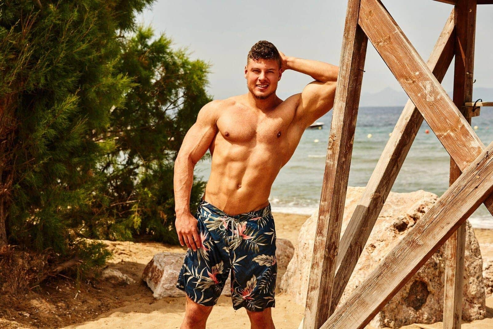 Bachelorette-Kandidat Yannic Oberkörper Badehose nackt Muskeln