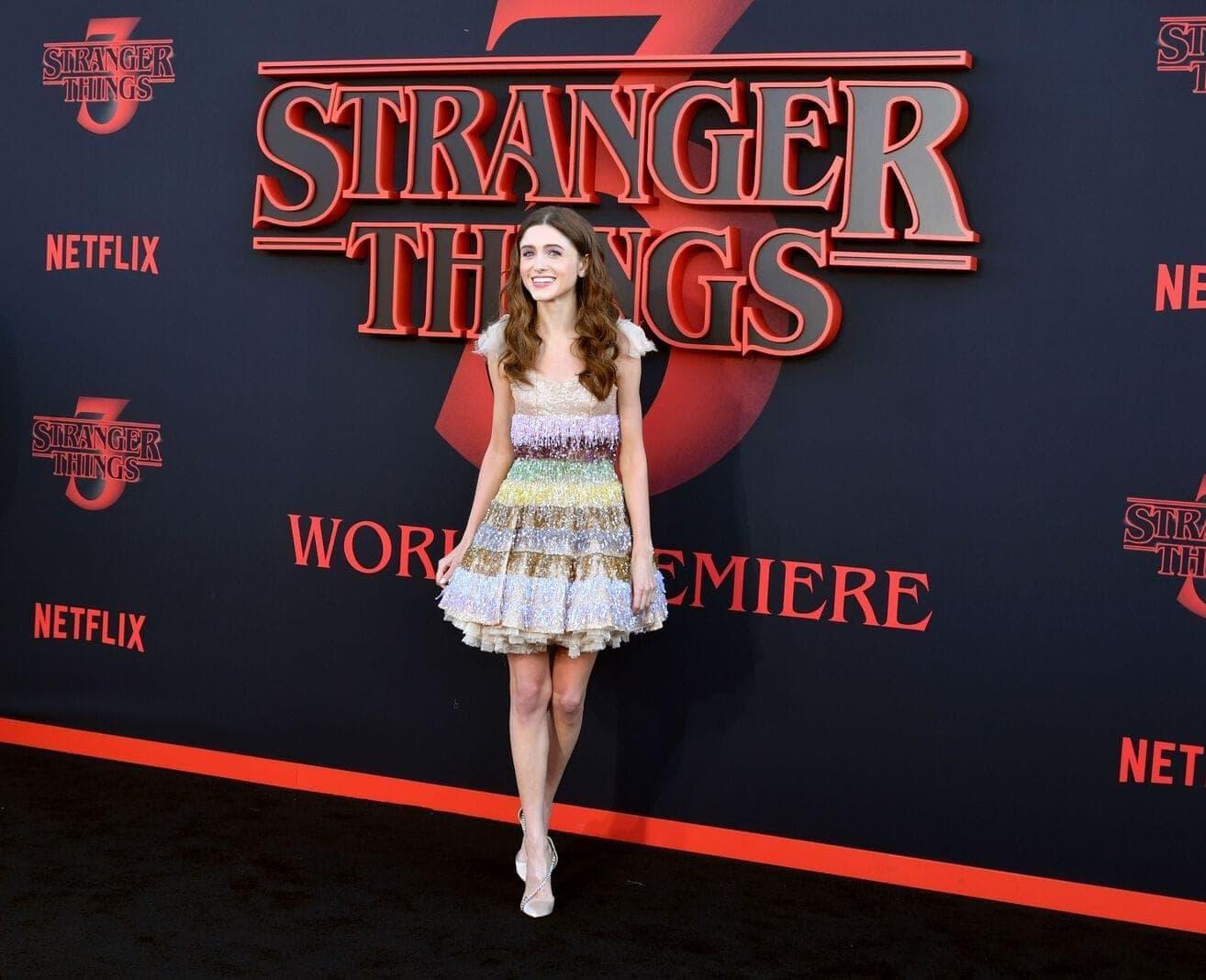 Natalia Dyer aus Stranger Things vor einem Netflix-Plakat