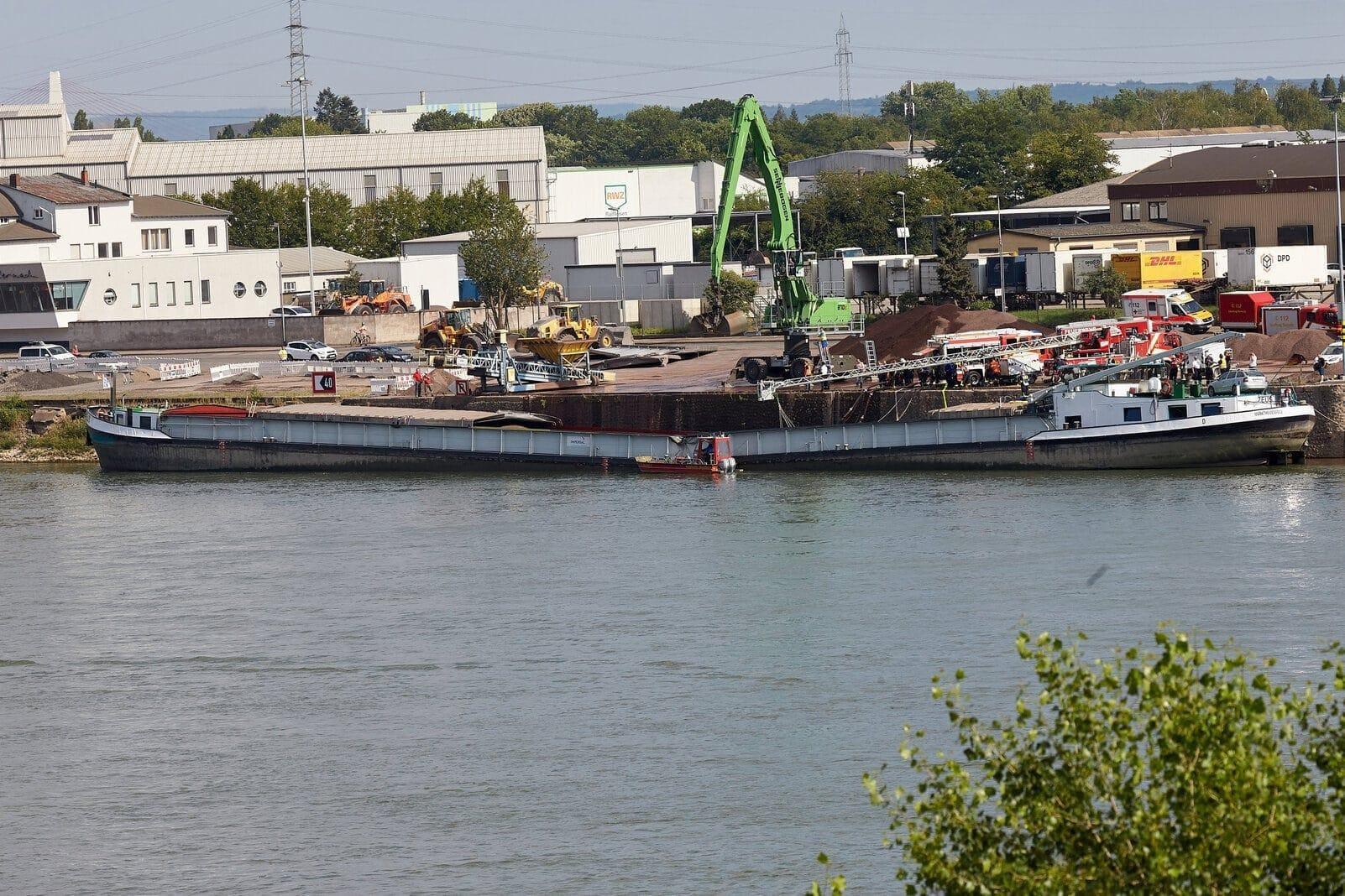 Frachter Rhein durchgeknickt dpa 2019
