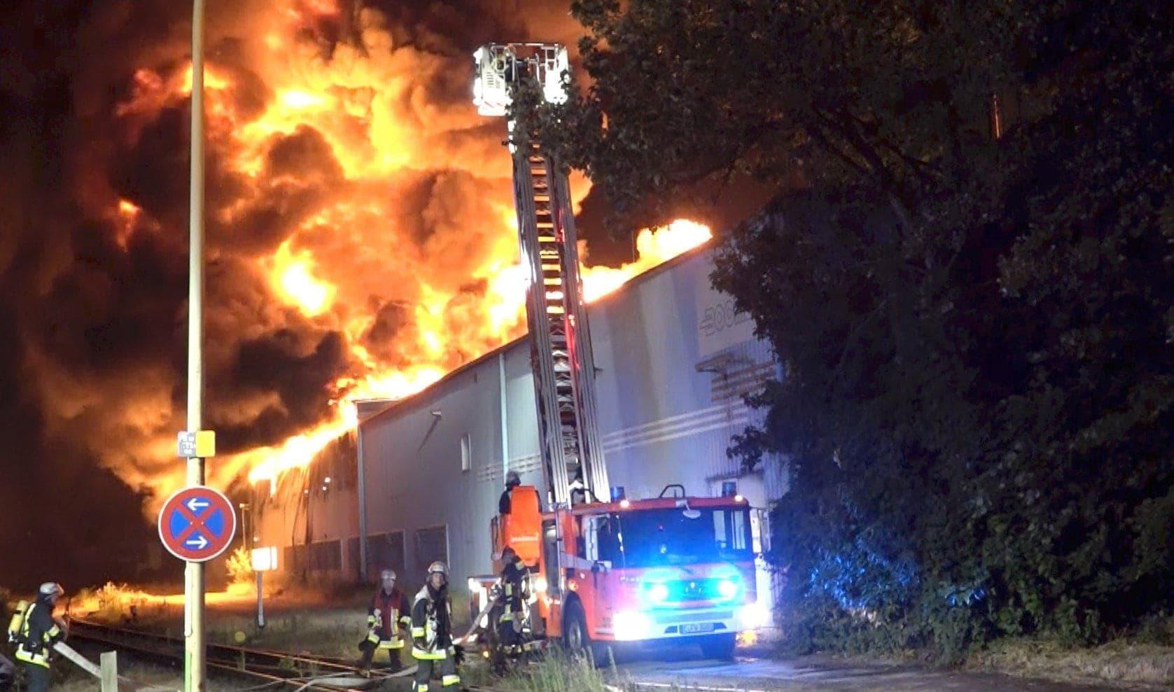 Brand in einer Firma für Grillanzünder in Essen