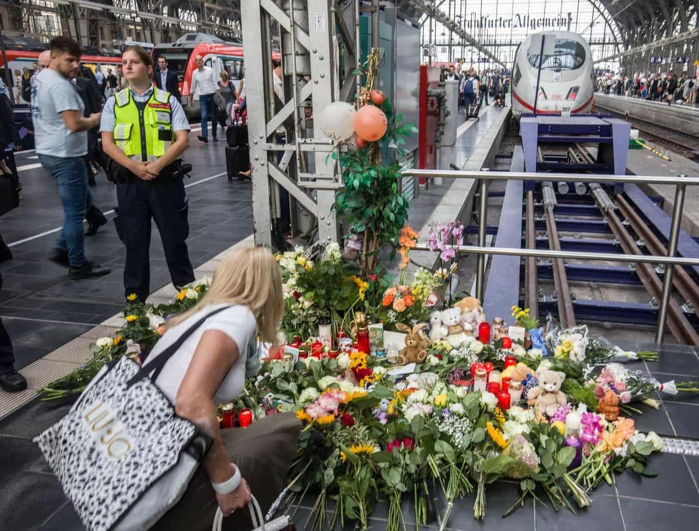 Frankfurter Hauptbahnhof Blumen Junge ICE