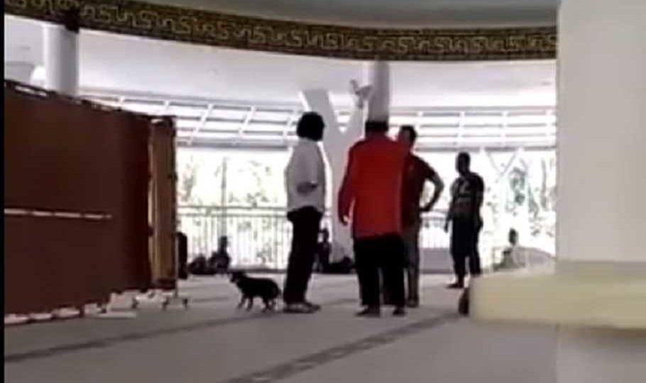 Eine Frau mit einem Hund in einer Moschee in Indonesien