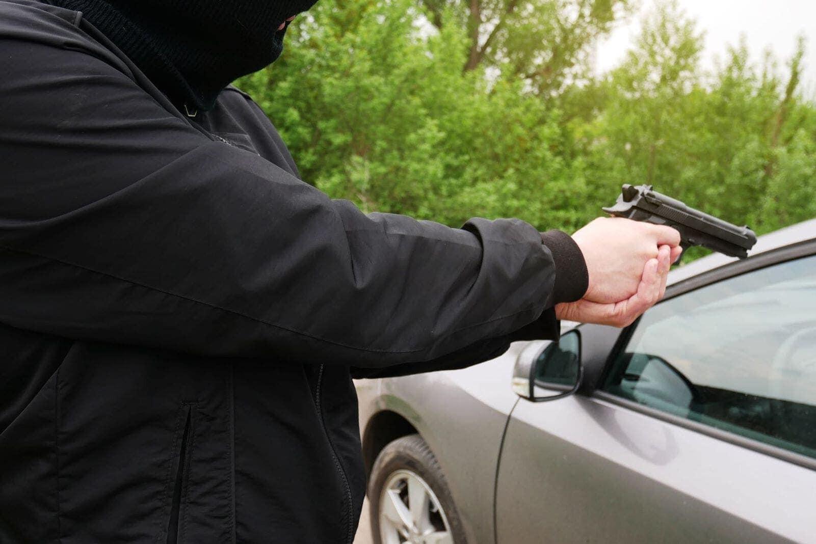 Mann Pistole Auto Überfall