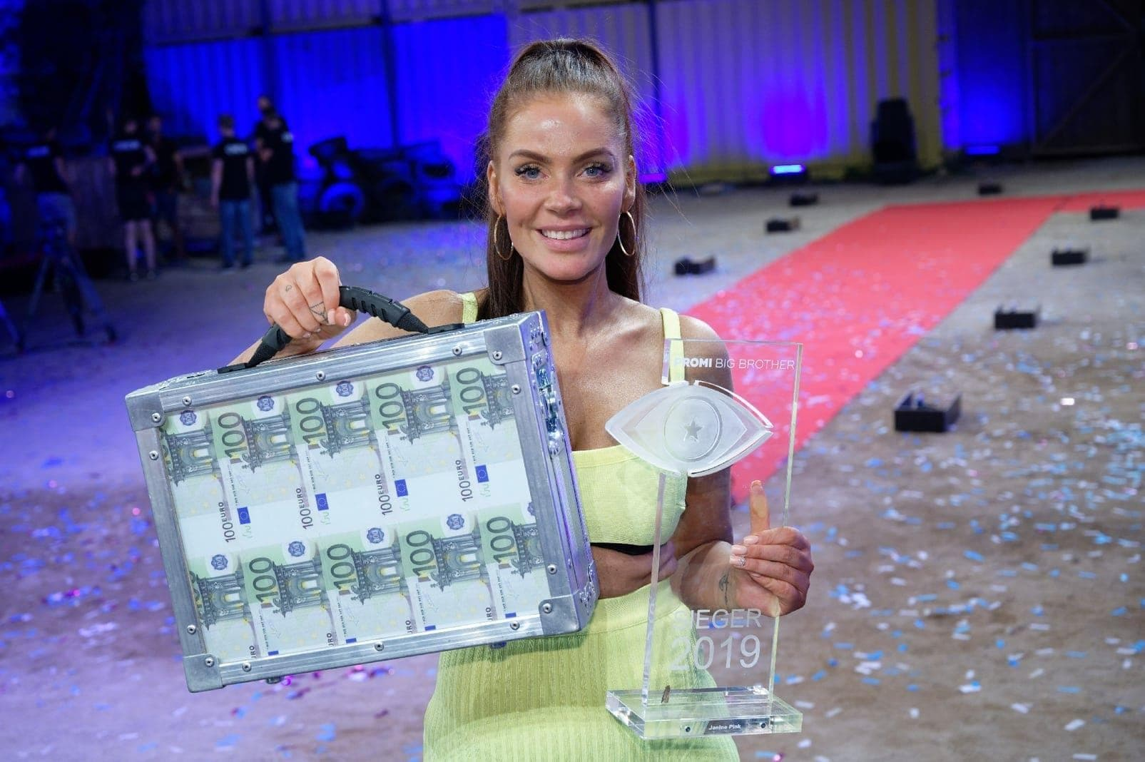 Promi Big Brother Finale Janine Pink