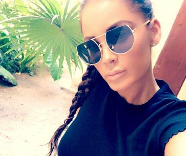Janine Pink mit Sonnenbrille Selfie