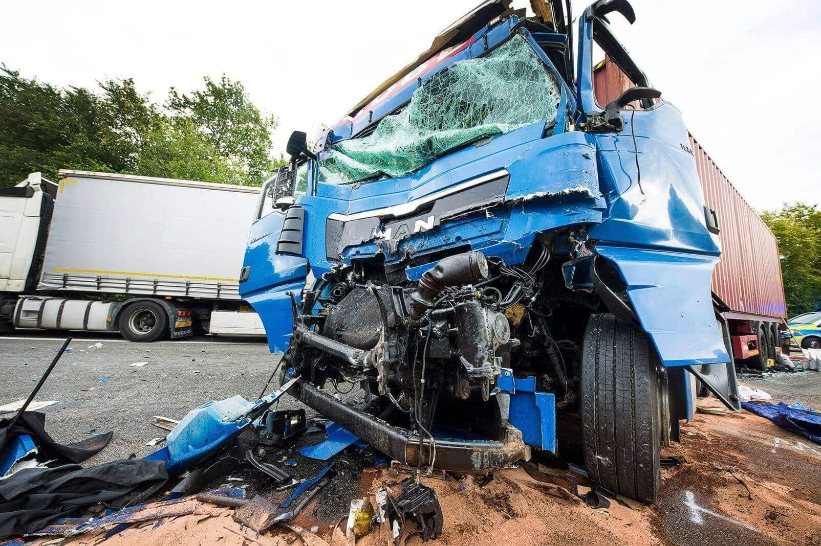 Lastwagenfahrer stirbt bei schwerem Unfall auf der A2