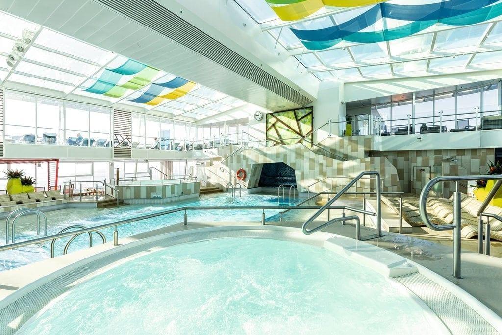 Pool im Innenbereich der Mein Schiff 4