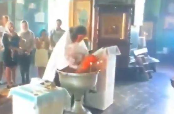 Brutale Taufe In Russland Priester Drückt Baby Ins Wasser