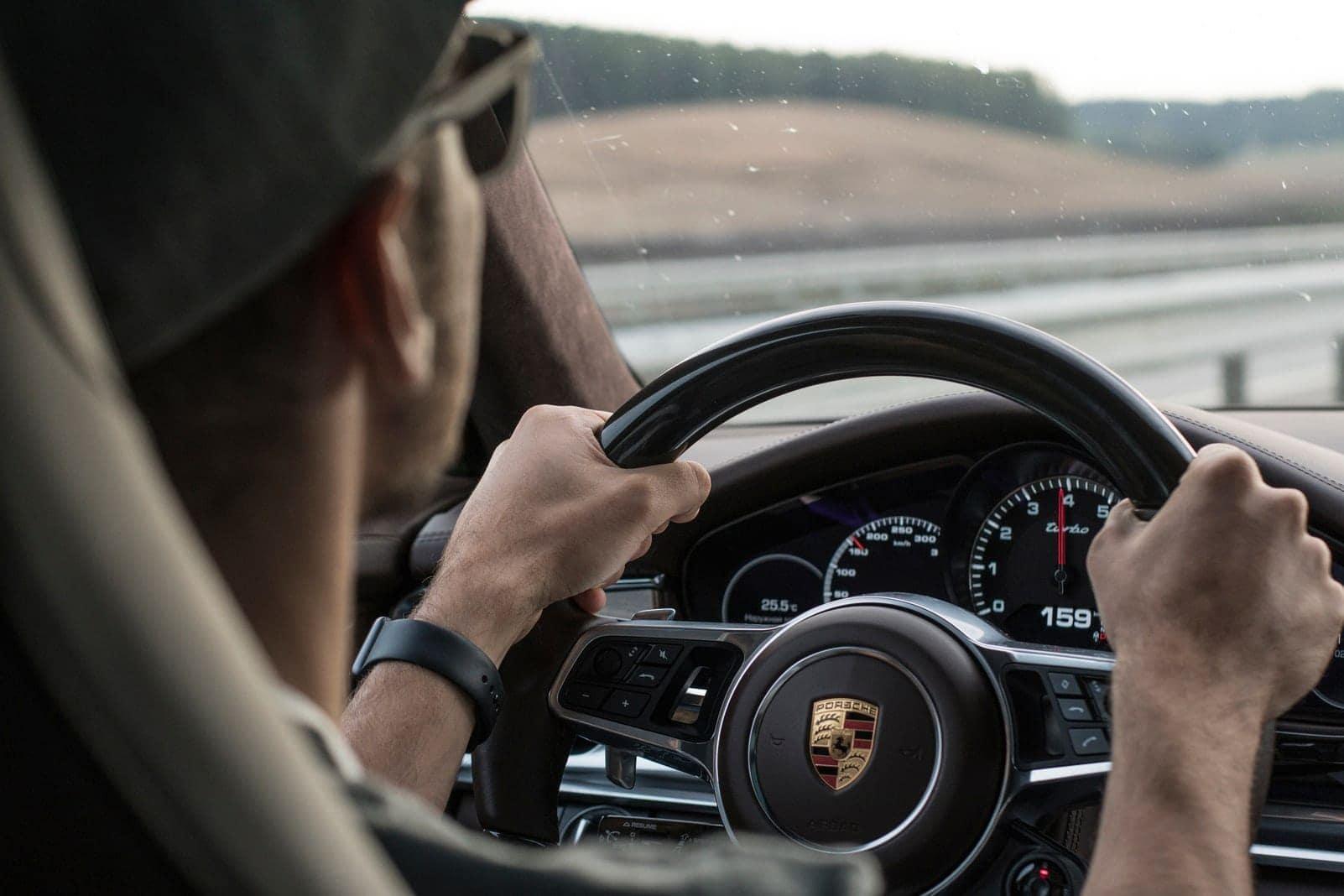 Porsche-Fahrer beleidigt am Telefon seinen Vordermann, jetzt ermittelt die Polizei