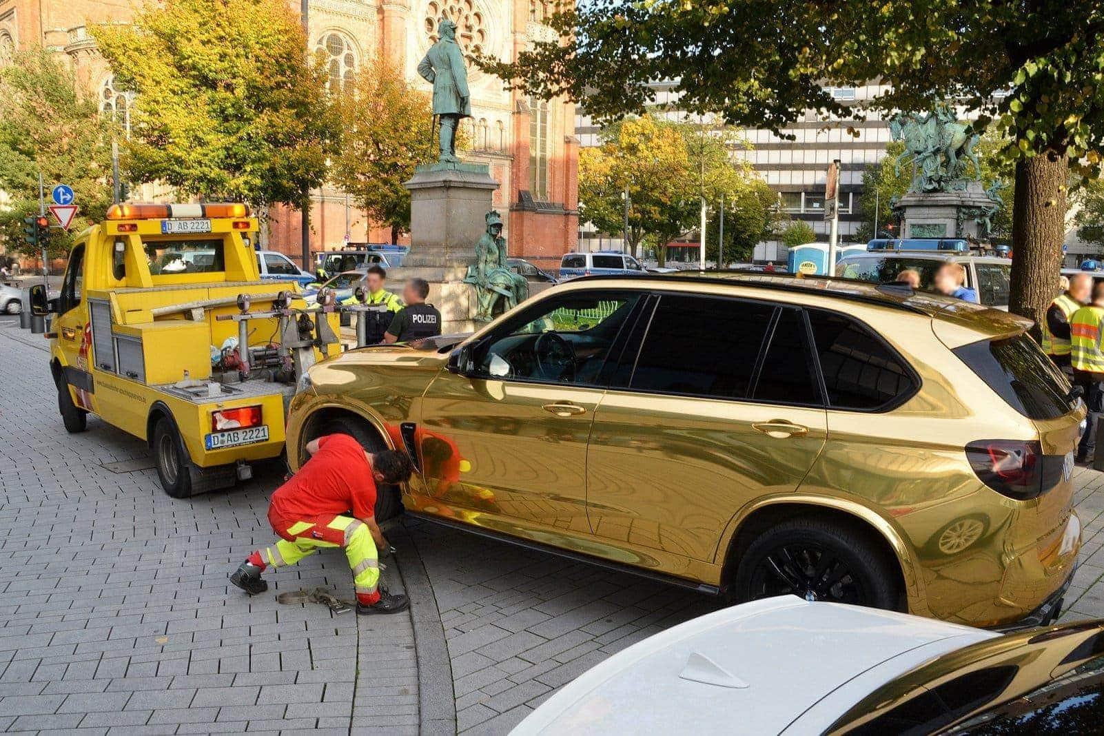 Auto-Poser auf der Kö: Düsseldorfer Polizei zieht goldenen Protz-SUV aus dem Verkehr