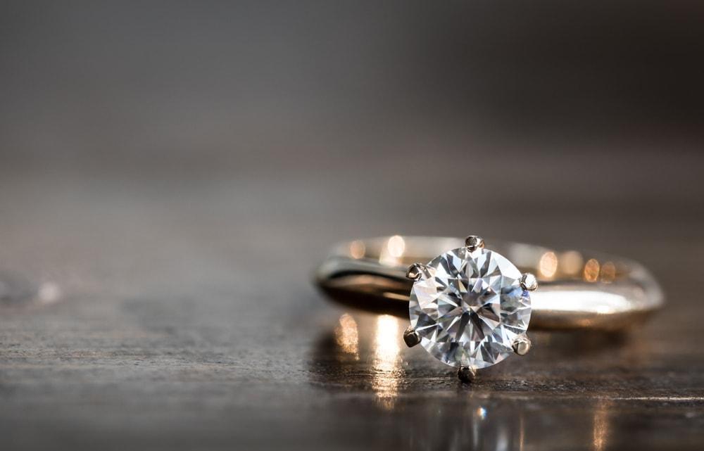 Frau schmeißt Verlobungsring weg – ihr glaubt nicht, wo ihr Mann den Klunker sucht