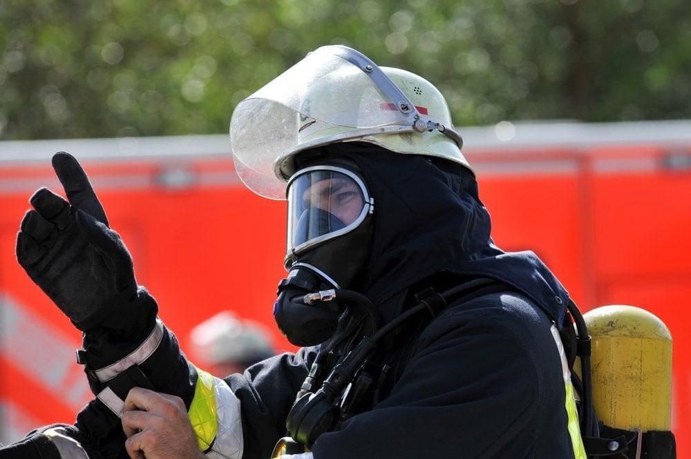 Mann will Feuerwehrleuten bei Einsatz Atemschutz vom Gesicht reißen